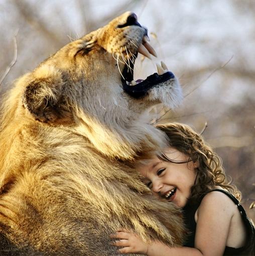 ילדה עם אריה בחיבוק מקרב